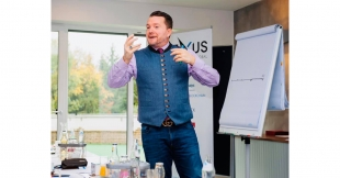 Michael Thomale spricht bei einem Workshop von Nexus Global